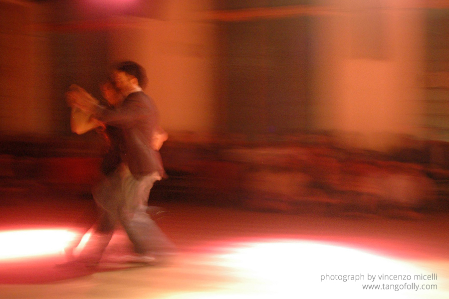 Why there is so little dance in people dancing tango